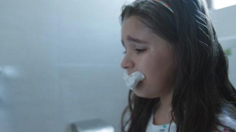 女孩从小身体有这缺陷,惨遭到同学们嘲笑,无奈只能用纸堵住嘴巴